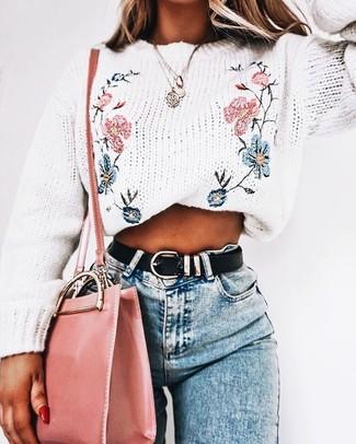 Come indossare: maglione girocollo ricamato bianco, jeans aderenti azzurri, borsa a tracolla in pelle rosa, cintura in pelle nera