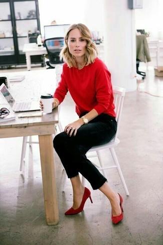 Come indossare: maglione girocollo rosso, jeans aderenti neri, décolleté in pelle scamosciata rossi, orologio dorato