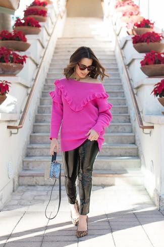 Come indossare e abbinare: maglione girocollo fucsia, jeans aderenti in pelle neri, décolleté in pelle scamosciata leopardati marrone chiaro, borsa a tracolla blu