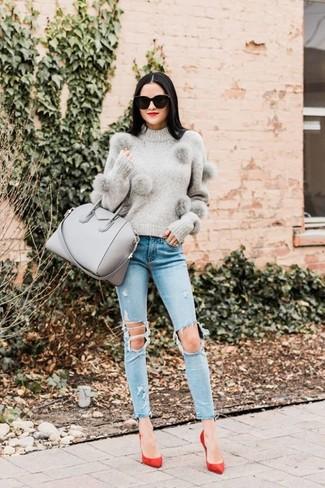 Come indossare: maglione girocollo grigio, jeans aderenti strappati azzurri, décolleté in pelle scamosciata rossi, borsa shopping in pelle grigia