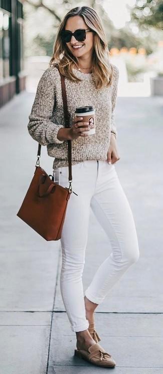 Come indossare e abbinare: maglione girocollo in bouclé beige, jeans aderenti bianchi, mocassini con nappine in pelle scamosciata marrone chiaro, borsa a tracolla in pelle terracotta
