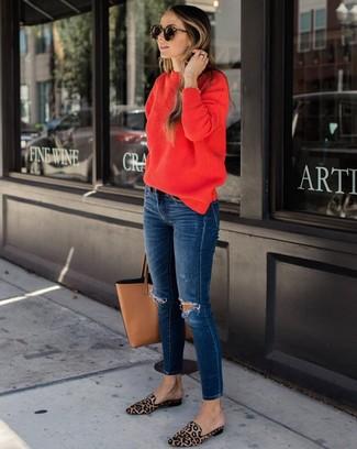 Come indossare e abbinare: maglione girocollo rosso, jeans aderenti strappati blu scuro, mocassini eleganti in cavallino leopardati marrone chiaro, borsa shopping in pelle marrone chiaro