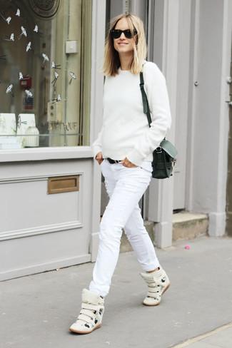 Come indossare e abbinare: maglione girocollo bianco, jeans aderenti strappati bianchi, sneakers alte in pelle bianche, borsa a tracolla in pelle nera