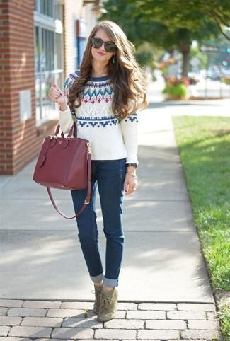 Come indossare: maglione girocollo con motivo fair isle bianco, jeans aderenti blu scuro, stivaletti con lacci in pelle scamosciata verde oliva, borsa shopping in pelle bordeaux