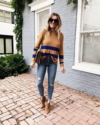 Come indossare: maglione girocollo a righe orizzontali marrone chiaro, jeans aderenti strappati blu scuro, stivaletti in pelle scamosciata marrone chiaro, borsa a tracolla in pelle marrone