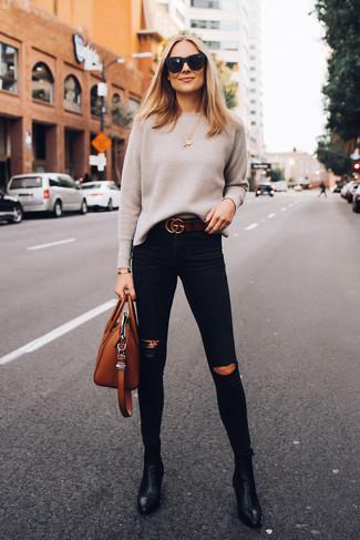 Come indossare e abbinare un maglione girocollo beige: Potresti combinare un maglione girocollo beige con jeans aderenti strappati neri per un look facile da indossare. Completa questo look con un paio di stivaletti in pelle neri.