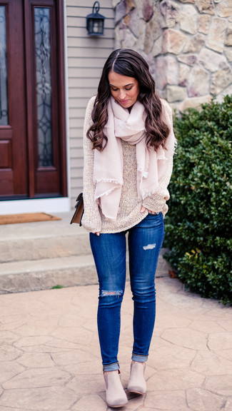 Come indossare: maglione girocollo beige, jeans aderenti strappati blu, stivali chelsea in pelle scamosciata grigi, borsa a tracolla in pelle marrone
