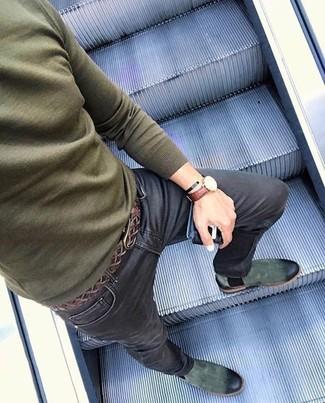 Come indossare e abbinare: maglione girocollo verde oliva, jeans aderenti neri, stivali chelsea in pelle scamosciata verde scuro, cintura in pelle tessuta marrone scuro