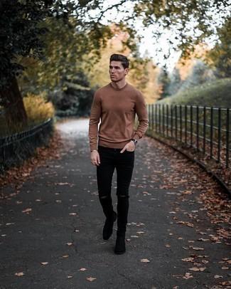 Come indossare e abbinare jeans aderenti strappati neri: Combina un maglione girocollo marrone con jeans aderenti strappati neri per un look perfetto per il weekend. Scegli uno stile classico per le calzature e scegli un paio di stivali chelsea in pelle scamosciata neri come calzature.