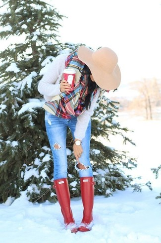 Come indossare: maglione girocollo morbido beige, jeans aderenti strappati blu, stivali di gomma rossi, borsalino di lana beige