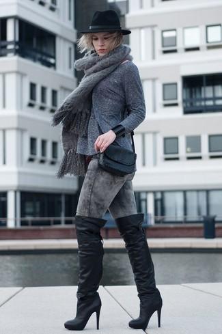 Come indossare: maglione girocollo grigio, jeans aderenti lavaggio acido grigi, stivali sopra il ginocchio in pelle neri, borsa a tracolla in pelle nera