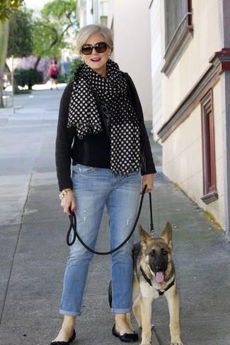 Come indossare: maglione girocollo nero, jeans azzurri, ballerine in pelle nere, sciarpa a pois nera e bianca