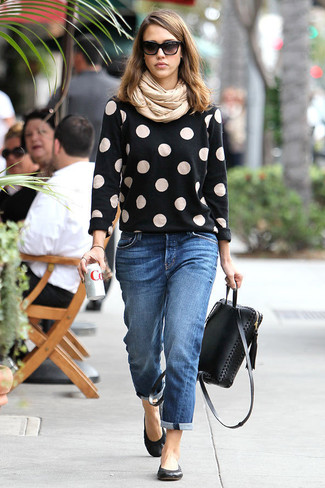 Come indossare e abbinare: maglione girocollo a pois nero, jeans boyfriend blu, ballerine in pelle nere, zaino in pelle nero