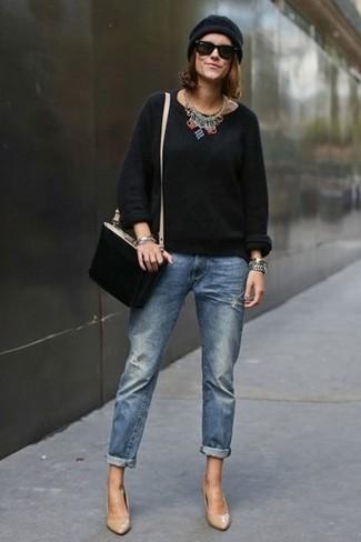 Come indossare e abbinare: maglione girocollo nero, jeans boyfriend blu, décolleté in pelle marrone chiaro, borsa a tracolla in pelle scamosciata nera