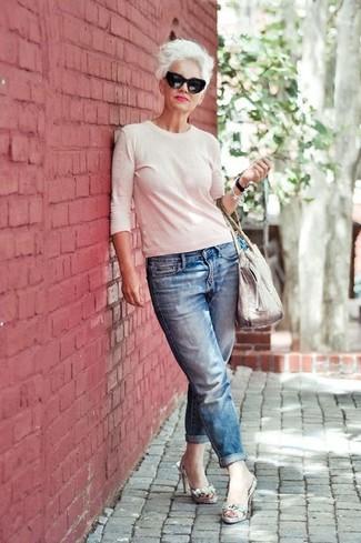 Come indossare e abbinare un maglione girocollo bianco: Scegli un outfit composto da un maglione girocollo bianco e jeans boyfriend blu per un look comfy-casual. Rifinisci questo look con un paio di sandali con tacco in pelle con stampa serpente grigi.
