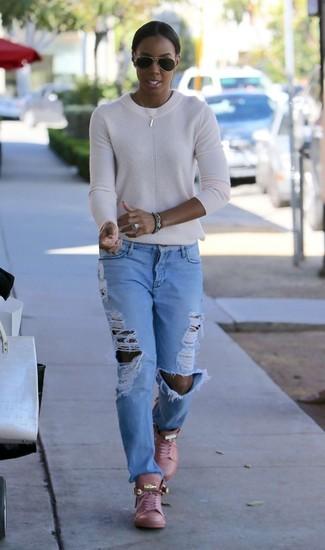Come indossare e abbinare: maglione girocollo bianco, jeans boyfriend strappati azzurri, sneakers alte in pelle rosa, occhiali da sole neri