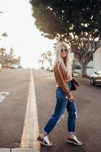Trend da donna in modo rilassato: Potresti abbinare un maglione girocollo marrone con jeans boyfriend strappati blu per un look facile da indossare. Scegli uno stile classico per le calzature e calza un paio di sneakers basse in pelle scamosciata marroni.