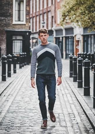 Come indossare e abbinare chukka in pelle bordeaux: Prova a combinare un maglione girocollo stampato grigio con jeans blu scuro per un look semplice, da indossare ogni giorno. Un paio di chukka in pelle bordeaux darà un tocco di forza e virilità a ogni completo.