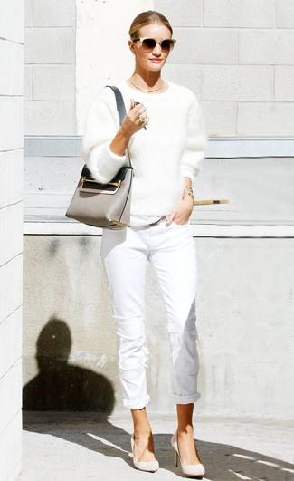 Come indossare: maglione girocollo morbido bianco, jeans bianchi, décolleté in pelle scamosciata beige, borsa a tracolla in pelle grigia