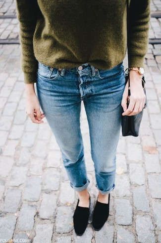 Come indossare e abbinare un maglione girocollo verde oliva: Potresti combinare un maglione girocollo verde oliva con jeans blu per vestirti casual. Scegli uno stile classico per le calzature e indossa un paio di mocassini eleganti in pelle scamosciata neri.