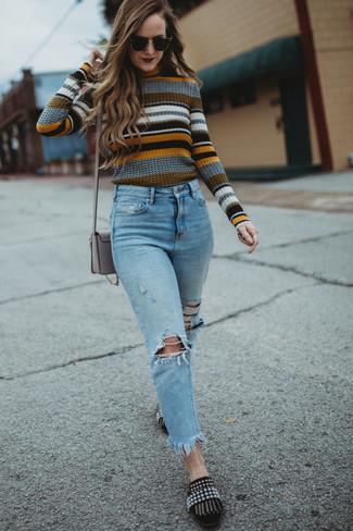 Come indossare e abbinare jeans strappati azzurri: Per un outfit della massima comodità, potresti indossare un maglione girocollo a righe orizzontali multicolore e jeans strappati azzurri. Sfodera il gusto per le calzature di lusso e mettiti un paio di mocassini eleganti in pelle scamosciata decorati neri.
