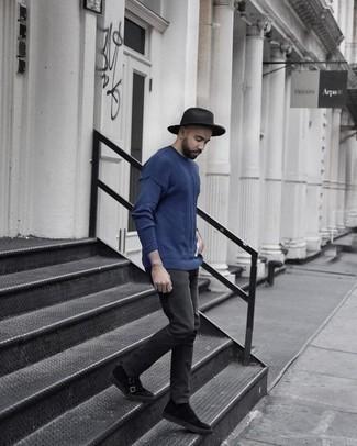 Come indossare e abbinare un borsalino di lana grigio scuro: Prova a combinare un maglione girocollo blu con un borsalino di lana grigio scuro per un look comfy-casual. Scegli uno stile classico per le calzature e mettiti un paio di scarpe double monk in pelle scamosciata nere.