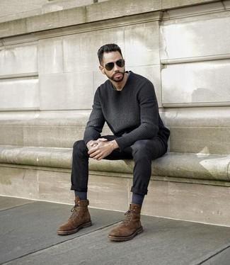 Come indossare e abbinare un maglione girocollo grigio scuro: Vestiti con un maglione girocollo grigio scuro e jeans neri per un pranzo domenicale con gli amici. Prova con un paio di stivali casual in pelle scamosciata marroni per un tocco virile.