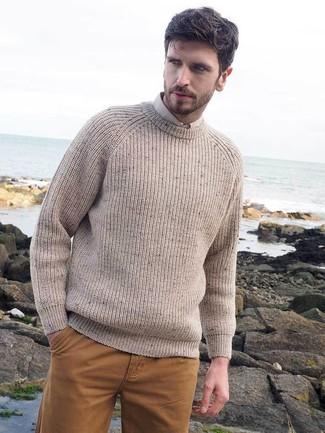 Come indossare e abbinare: maglione girocollo lavorato a maglia beige, camicia elegante beige, chino senapi