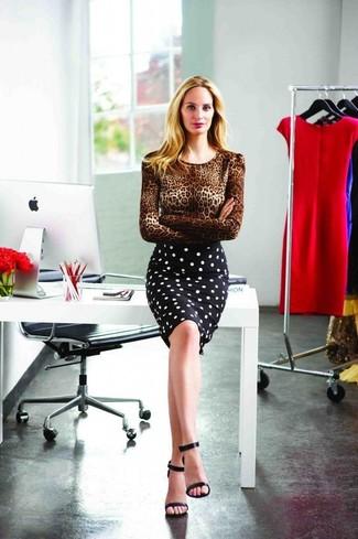 Come indossare e abbinare: maglione girocollo leopardato marrone, gonna a tubino a pois nera e bianca, sandali con tacco in pelle neri
