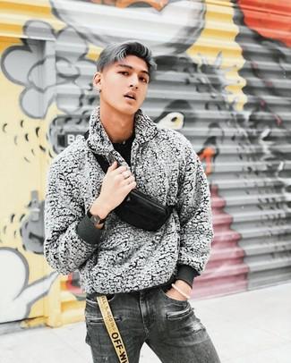 Come indossare e abbinare jeans strappati grigio scuro: Scegli un maglione girocollo nero e jeans strappati grigio scuro per una sensazione di semplicità e spensieratezza.