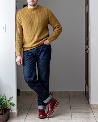 Come indossare e abbinare un maglione girocollo marrone chiaro: Potresti indossare un maglione girocollo marrone chiaro e jeans blu scuro per un look trendy e alla mano. Stivali casual in pelle bordeaux daranno lucentezza a un look discreto.