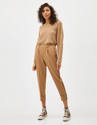 Look alla moda per donna: Maglione girocollo marrone chiaro, Pantaloni stretti in fondo marrone chiaro, Sneakers alte di tela gialle