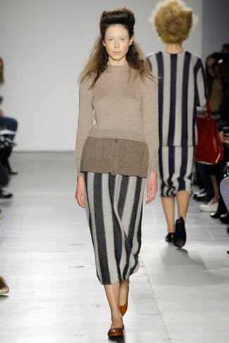 Come indossare: maglione girocollo marrone, gonna longuette a righe verticali nera e bianca, ballerine in pelle rosse