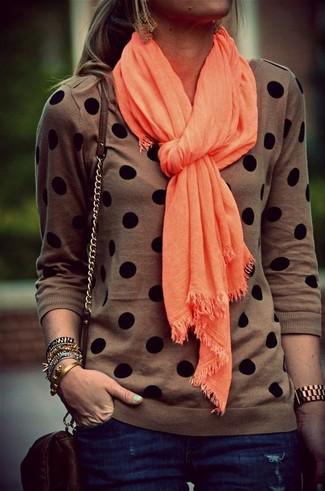 Come indossare e abbinare: maglione girocollo a pois marrone, jeans aderenti blu scuro, borsa a tracolla in pelle marrone scuro, sciarpa arancione