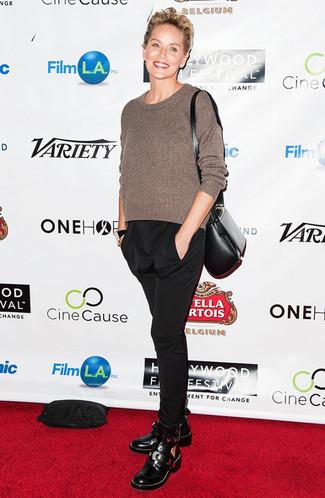 Come indossare e abbinare: maglione girocollo marrone, pantaloni stretti in fondo neri, stivaletti in pelle tagliati neri, borsa a tracolla in pelle nera
