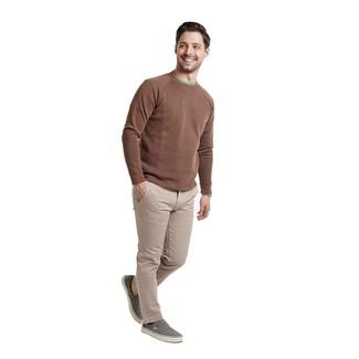 Come indossare e abbinare: maglione girocollo marrone, t-shirt girocollo verde, chino beige, sneakers senza lacci di tela grigie
