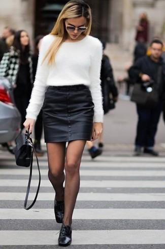 Questo abbinamento di un maglione girocollo morbido bianco e una minigonna in pelle nera attira l'attenzione per le ragioni giuste. Scarpe oxford in pelle nere doneranno eleganza a un look altrimenti semplice.