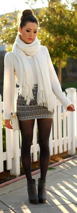 Come indossare: maglione girocollo bianco, minigonna con motivo fair isle grigia, stivaletti in pelle scamosciata grigio scuro, borsa a tracolla in pelle bianca