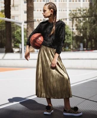 Come indossare: maglione girocollo morbido nero, gonna longuette a pieghe dorata, sneakers basse leopardate marrone chiaro