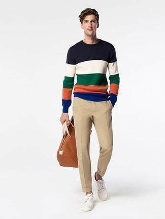 Trend da uomo 2020 in primavera 2021: Coniuga un maglione girocollo a righe orizzontali multicolore con chino marrone chiaro per un look semplice, da indossare ogni giorno. Sneakers basse di tela bianche sono una eccellente scelta per completare il look. È buona scelta per i mesi primaverili!