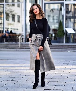 Come indossare e abbinare: maglione girocollo nero, gonna longuette scozzese grigia, stivali sopra il ginocchio in pelle scamosciata neri, borsa a tracolla in pelle nera