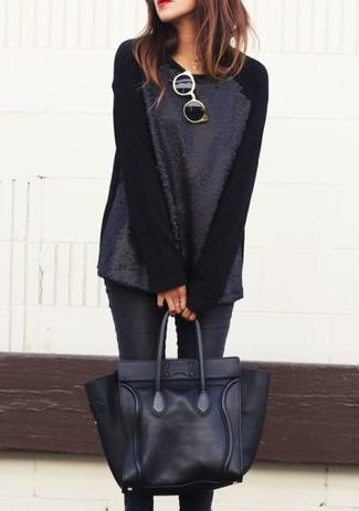Come indossare: maglione girocollo con paillettes nero, jeans aderenti neri, borsa shopping in pelle nera, occhiali da sole neri e dorati