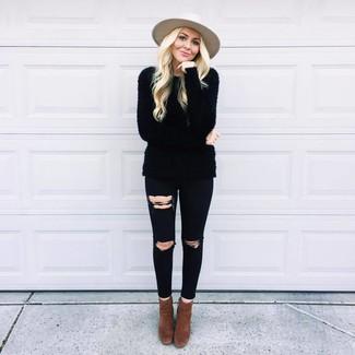 Come indossare: maglione girocollo morbido nero, jeans aderenti strappati neri, stivaletti in pelle scamosciata marrone scuro, borsalino di lana beige