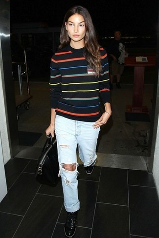 Maglione girocollo nero jeans boyfriend azzurri sneakers basse nere large 5115