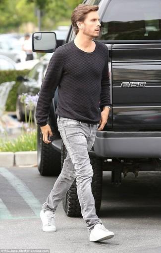 Look di Scott Disick: Maglione girocollo nero, Jeans grigi