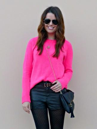 Come indossare: maglione girocollo fucsia, pantaloncini in pelle neri, borsa a tracolla in pelle nera, occhiali da sole neri