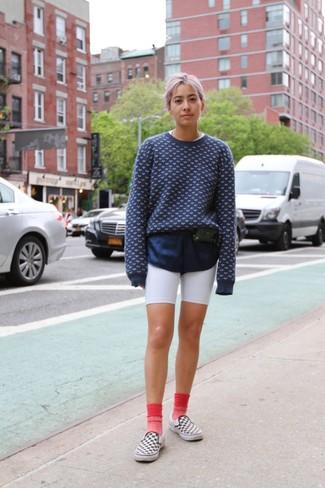 Come indossare: maglione girocollo stampato blu scuro e bianco, pantaloncini ciclisti bianchi, sneakers senza lacci a quadri bianche e nere, marsupio in pelle nero