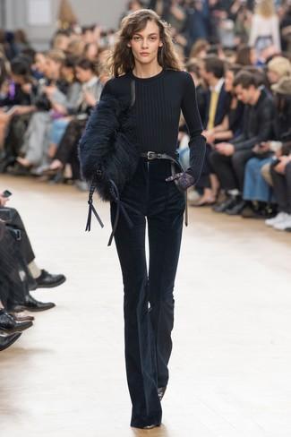 Come indossare: maglione girocollo nero, pantaloni a campana di velluto a coste blu scuro, décolleté in pelle neri, pochette di pelliccia nera