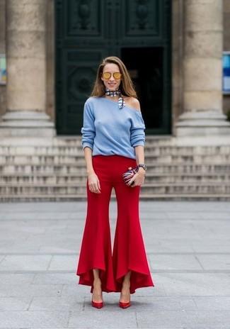 Come indossare: maglione girocollo azzurro, pantaloni a campana rossi, décolleté in pelle rossi, pochette bianca e rossa e blu scuro