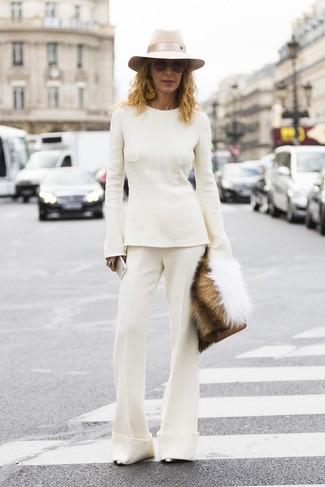 Come indossare: maglione girocollo bianco, pantaloni a campana bianchi, décolleté in pelle argento, pochette in pelle marrone